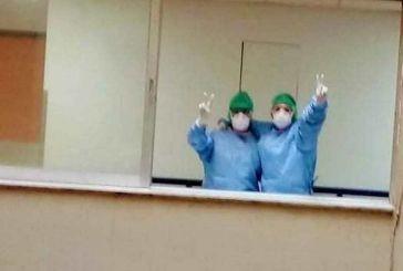 Γιατροί του Ρίου χαιρετούν από τα παράθυρα κι εύχονται καλή δύναμη