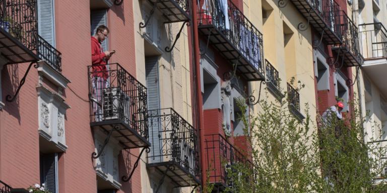 Κορωνοϊός: Οι Ελληνες βγαίνουν στα μπαλκόνια και χειροκροτούν γιατρούς και νοσοκόμους -Απόψε στις 21:00