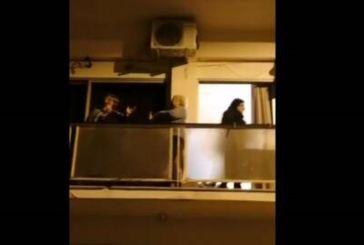 Κορωνοϊός : Γιαγιάδες βγήκαν στα μπαλκόνια και τραγουδούν «ο χάρος βγήκε παγανιά»