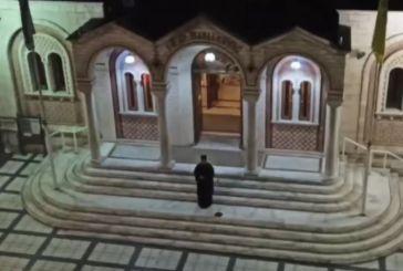 Κορωνοϊός – Θεσσαλονίκη: Έψαλε «Τη Υπερμάχω» από το προαύλιο του ναού – Συμμετείχαν πιστοί από μπαλκόνια
