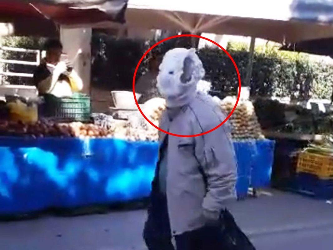 Παππούς πήγε στην λαϊκή με μπεμπιλίνο στο κεφάλι για να προστατευθεί από τον κορωνοϊό (video)