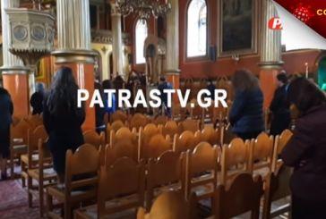 «Δεν φοβάσαι τον Θεό;»: Στην Πάτρα ιερέας λειτούργησε με 30 πιστούς, που επιτέθηκαν στον δημοσιογράφο! (vid)