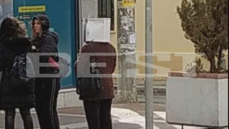 Bγήκε με σακούλα στο κεφάλι για να προστατευτεί από τον κοροναϊό