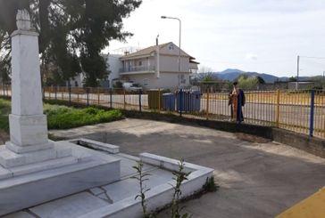 25η Μαρτίου και κορονοϊός: μόνος του στο τρισάγιο στο Μνημείο Πεσόντων ο ιερέας στα Καλύβια
