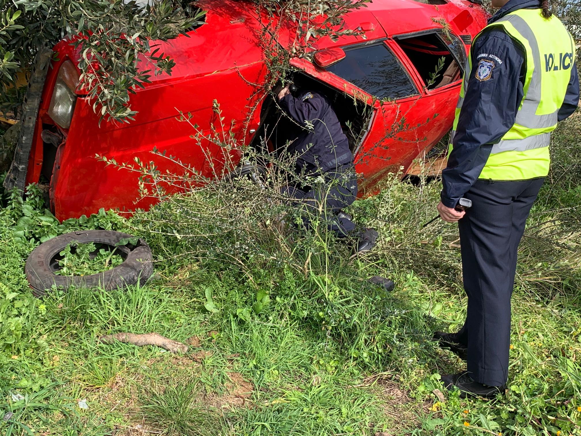 """Τρία άτομα στο νοσοκομείο Αγρινίου από αυτοκίνητο που """"τούμπαρε"""" στη Συκιά"""