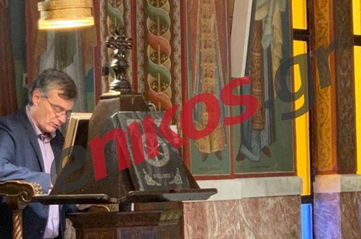 Ο Σωτήρης Τσιόδρας ψέλνει στην άδεια από πιστούς Εκκλησία, στην Κυριακάτικη Θεία Λειτουργία! (vid)