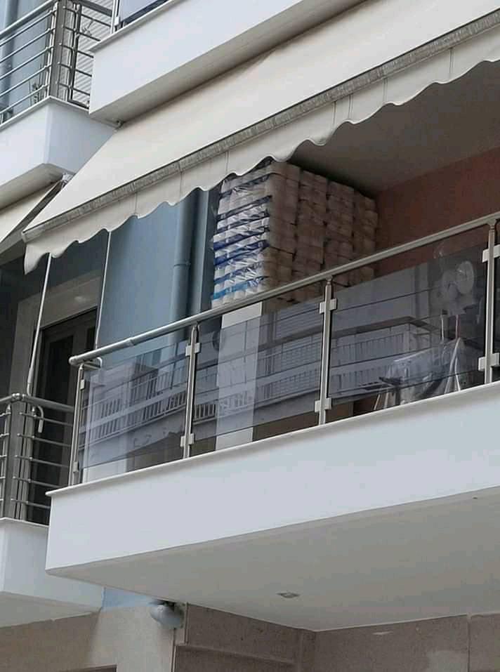 Γέμισε το μπαλκόνι του με χαρτί υγείας