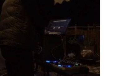 Αγρίνιο: μουσική και αισιοδοξία με dj σε μπαλκόνι (βίντεο)