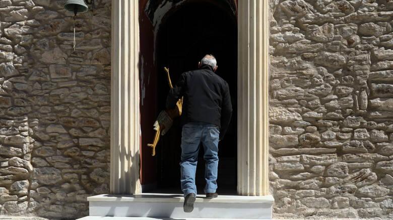 Κορωνοϊός: Στον εισαγγελέα ιερέας που άνοιξε εκκλησία στο Πικέρμι σε πιστούς