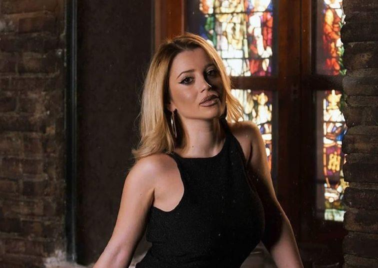 Η Αγρινιώτισσα Άννα Πανταζοπούλου τραγουδά unplugged γνωστές επιτυχίες (Βίντεο)