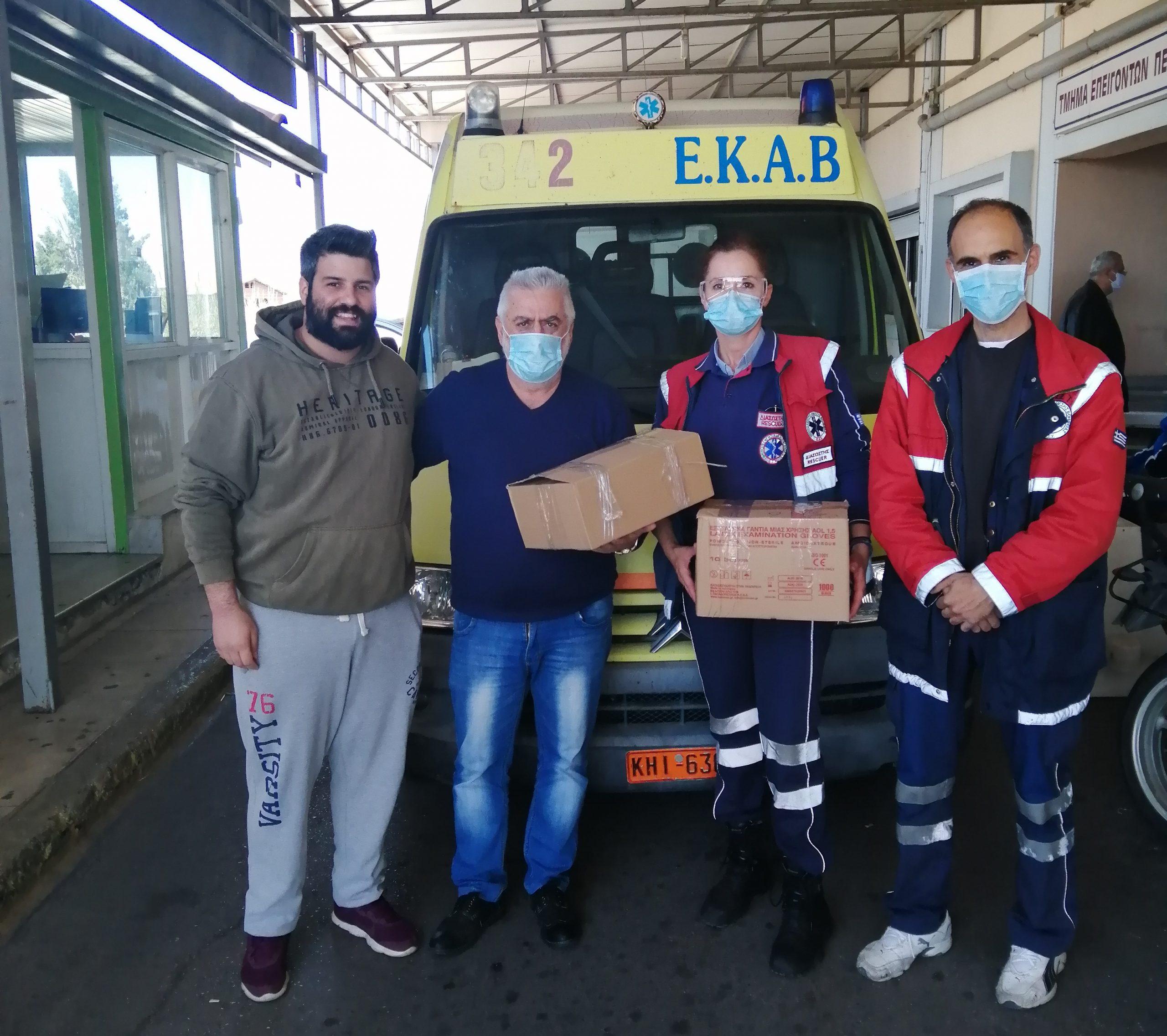 Κορωνοϊός: Προσφορά στολών στο νοσοκομείο και στο ΕΚΑΒ από τη ΝΔ Μεσολογγίου