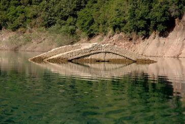 Το… «αναδυόμενο» γεφύρι του Μανώλη στη Λίμνη Κρεμαστών (φωτο)