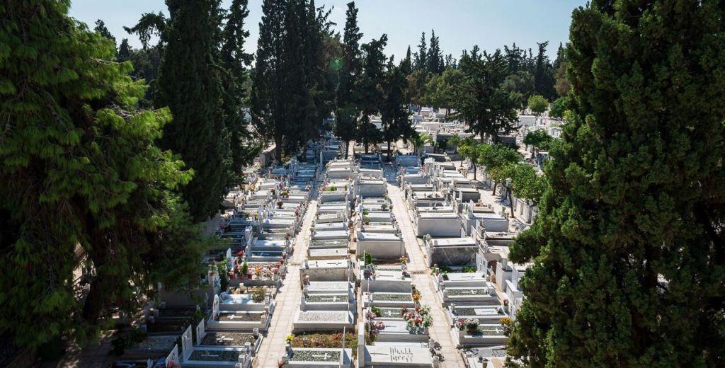 Μεγάλη Παρασκευή: Κλείνουν τα νεκροταφεία-Για έξι ώρες ανοικτά τα καταστήματα που επιτρέπεται