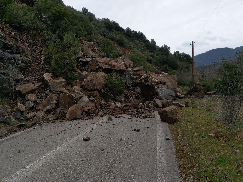 Πτώση βράχων στο Χάνι Ρέρεσης (φωτο)