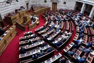 Σχολεία: Αντιπαράθεση στη Βουλή για την «ανοσία της αγέλης»