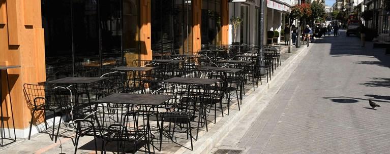 """Τα """"κορονο-πάρτι"""" στις πλατείες φρενάρουν την επίσπευση του ανοίγματος σε εστίαση και πολυκαταστήματα"""