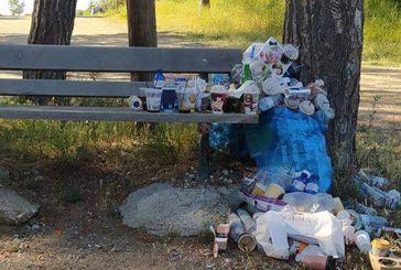 Καλή η βόλτα στην Αγία Μαρίνα αλλά με τα σκουπίδια που μένουν πίσω τι θα γίνει;
