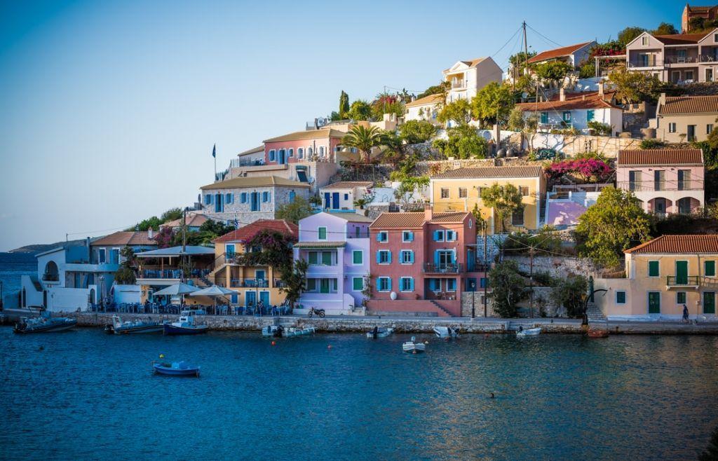 Telegraph για Ελλάδα: «Λουσμένη στον ήλιο και σχετικά ανέπαφη από τον κορωνοϊό»