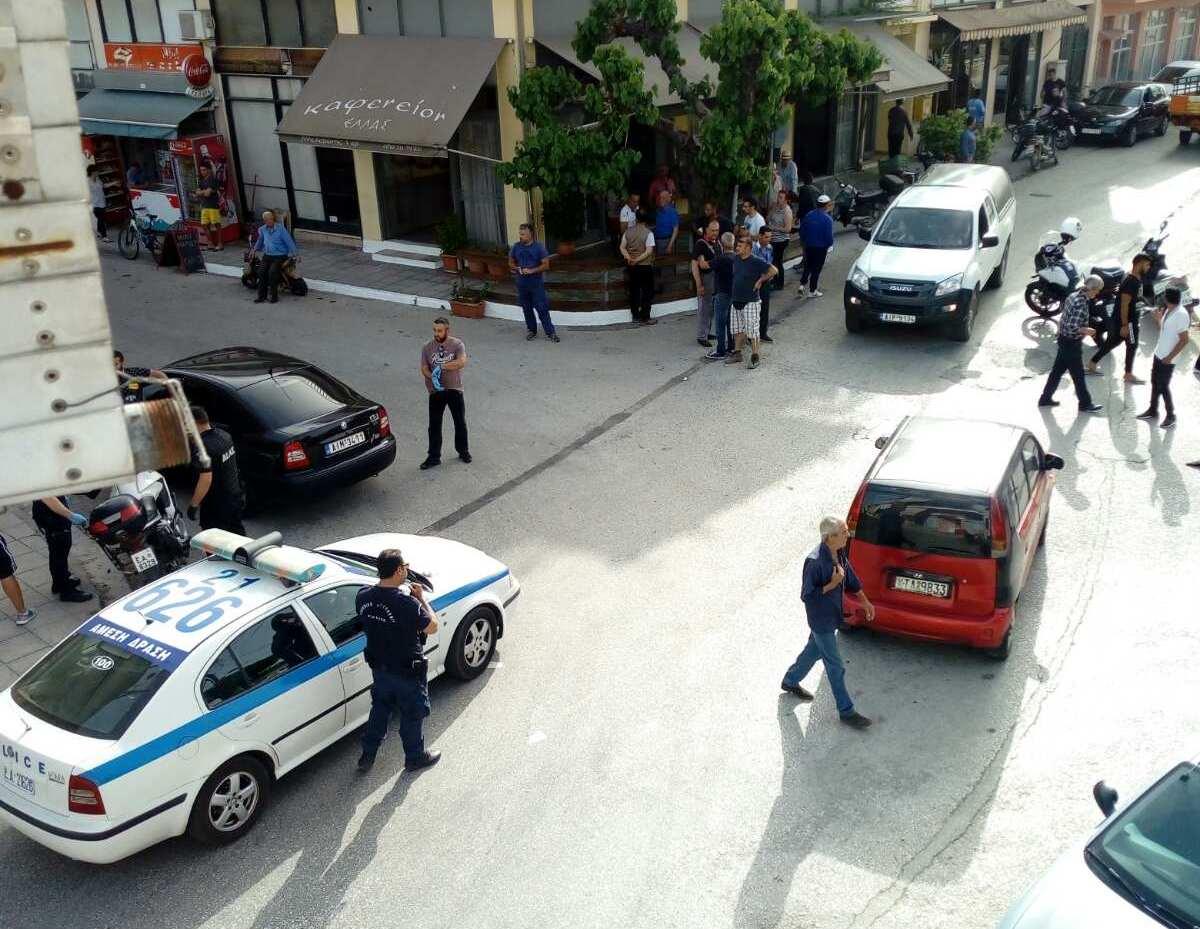 """Mεγάλη αναστάτωση στα Καλύβια με """"πρωταγωνιστή"""" αλλοδαπό που έσπασε τζαμαρίες με τσαπί…"""