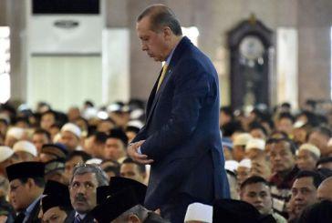Προκλητικός ξανά ο Ερντογάν: Προσκύνημα και ανάγνωση προσευχής στην Αγία Σοφία
