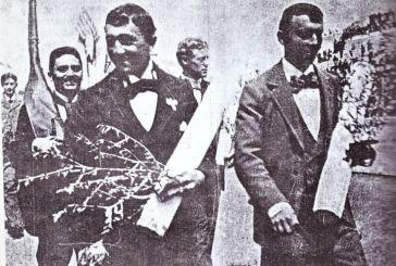 Η στιγμή που ο  Αιτωλοακαρνάνας Ολυμπιονίκης Καρασεβδάς πάει για το χρυσό μετάλλιο κρατώντας το όπλο του