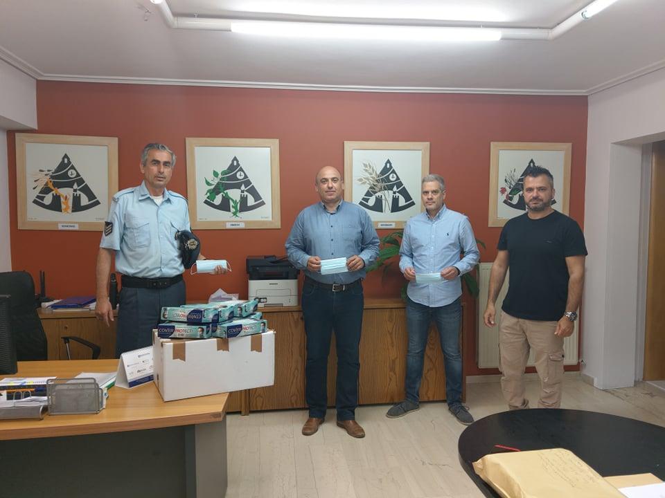 Δωρεά μασκών προστασίας από αστυνομικούς στο δήμο Ναυπακτίας