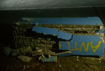 Μεσολόγγι: Άγνωστοι έσπασαν ακόμα ένα τσιμεντένιο παγκάκι στο λιμάνι