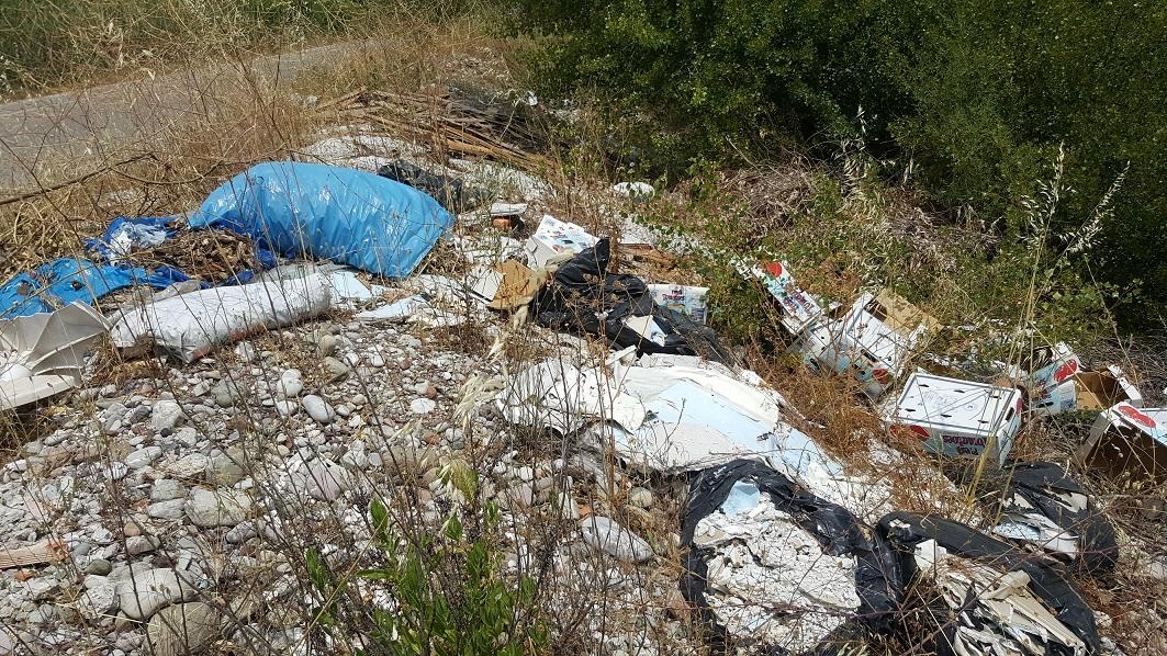 Σκουπίδια και μπάζα κοντά στη γέφυρα Αχελώου