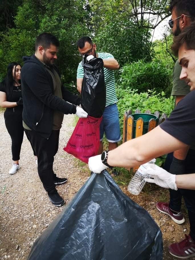 Καθαριότητα στο πάρκο του Αγρινίου από νεολαίους του ΣΥΡΙΖΑ