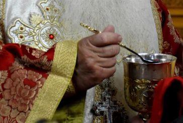 Αν δεν μεταδίδονται ασθένειες με τη Θεία Κοινωνία τότε δεν θα χώριζαν ζευγάρια από θρησκευτικό γάμο, λέει ιερέας