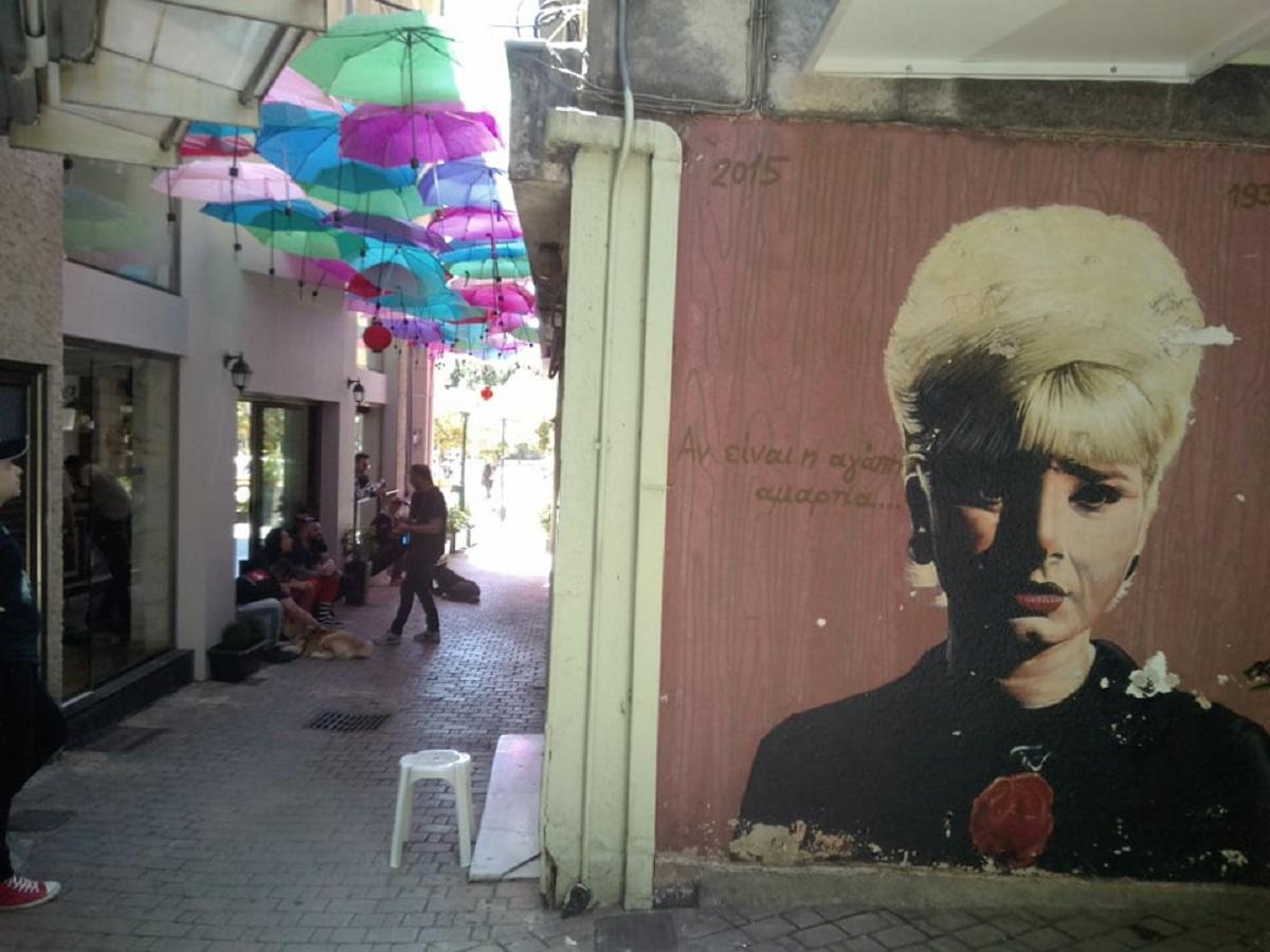 Αιωρούμενες ομπρέλες και σε πεζόδρομο του Αγρινίου
