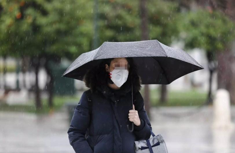 Ο καιρός μας… τρολάρει: Τραπεζάκια έξω αλλά με ομπρέλα! Έρχονται καταιγίδες και χαμηλές θερμοκρασίες
