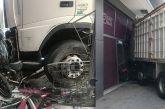Χάος στην Πειραιώς: Οδηγός έπαθε έμφραγμα – Το φορτηγό του έπεσε σε κατάστημα
