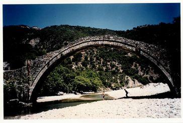 Μνημεία από πέτρα στην Ορεινή Τριχωνίδα