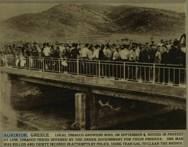 1962: Φωτό από τη διαδήλωση των καπνοπαραγωγών στη γέφυρα της Σφήνας όπου δολοφονήθηκε ο Δημήτρης Βλάχος