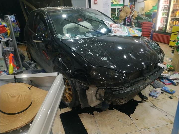 Ρόδος: Αυτοκίνητο «καρφώθηκε» μέσα και διέλυσε τα πάντα