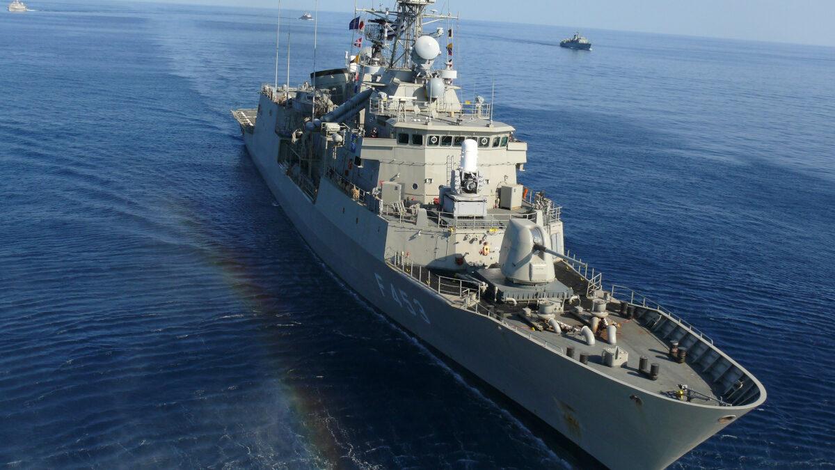 Σοβαρή εμπλοκή ανοικτά της Λιβύης: Τουρκικά πολεμικά συνοδεύουν πλοίο με όπλα – Από κοντά η φρεγάτα «Σπέτσαι»