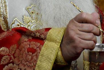 Λαβίδες μίας χρήσης για τη Θεία Κοινωνία στην Αμερική – Ικανοποίηση από τον Αρχιεπίσκοπο Ελπιδοφόρο