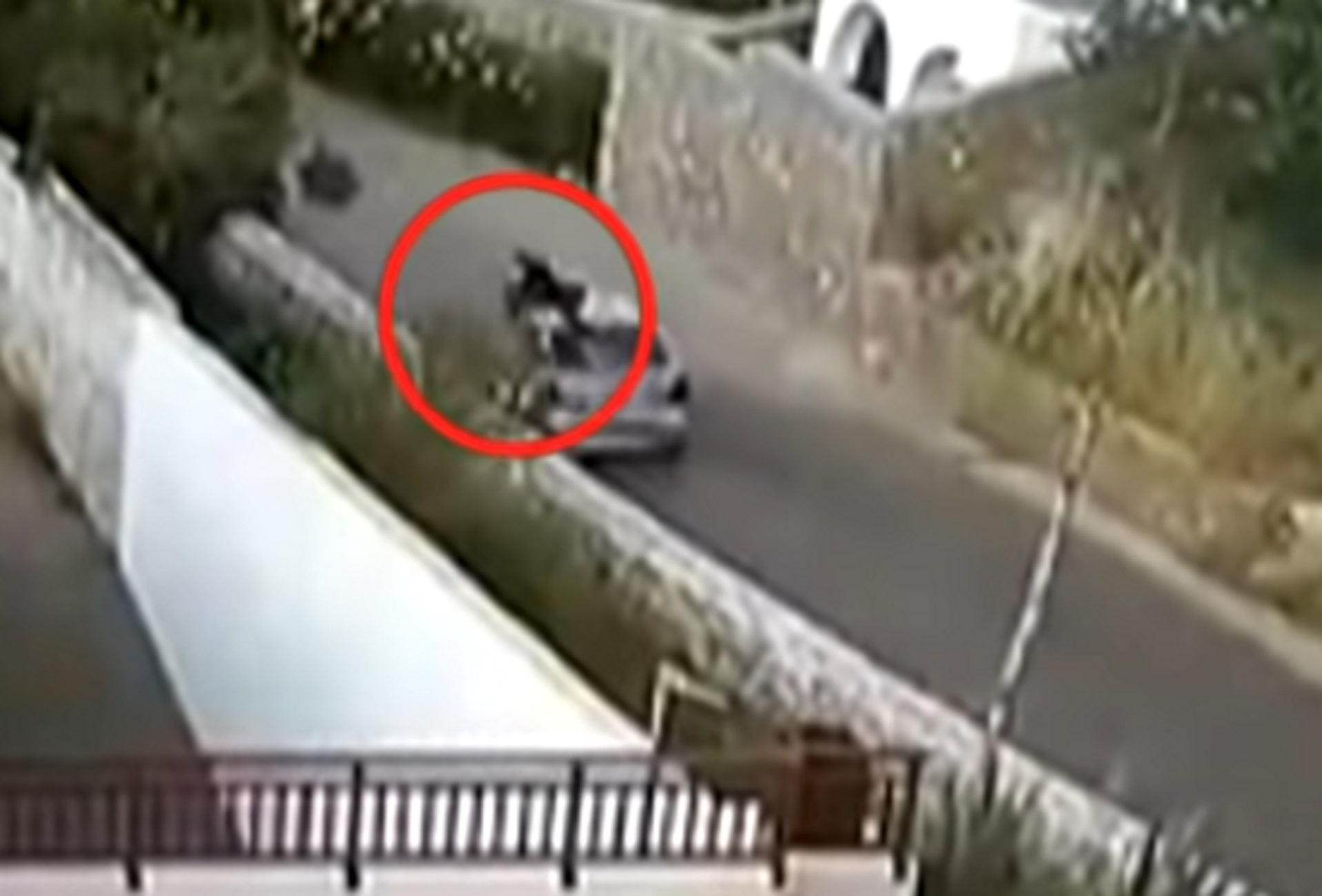 """Κρήτη: Η στιγμή που αυτοκίνητο """"θερίζει"""" οδηγό μηχανής- Βίντεο ντοκουμέντο που κόβει την ανάσα"""