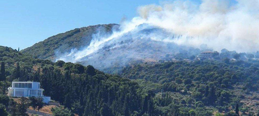 Ζάκυνθος: Πυρκαγιά στις Βολίμες – 150 μέτρα από τις αυλές των σπιτιών οι φλόγες