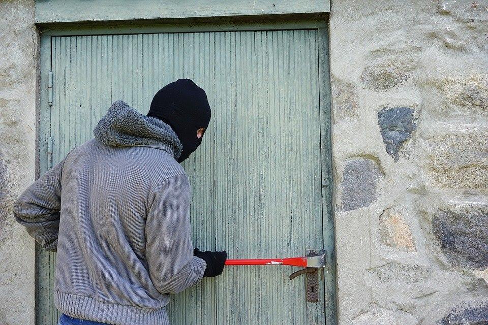 Αγρίνιο: τριάδα κλεφτών διέρρηξε σπίτι  και έκλεψε εργαλεία