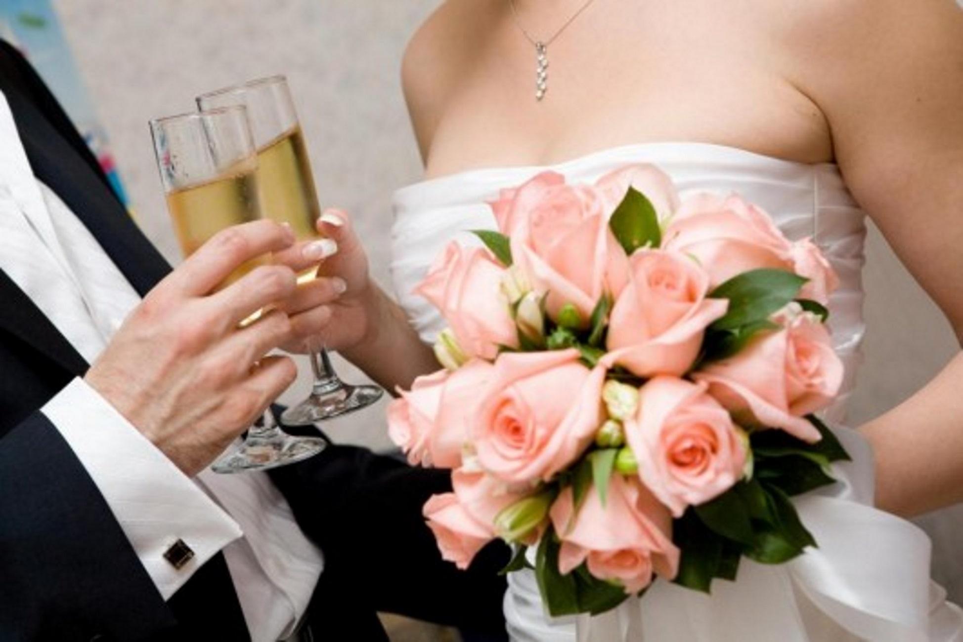 Lockdown: Πότε «ανοίγουν» δεξιώσεις γάμων & μουσική στην εστίαση