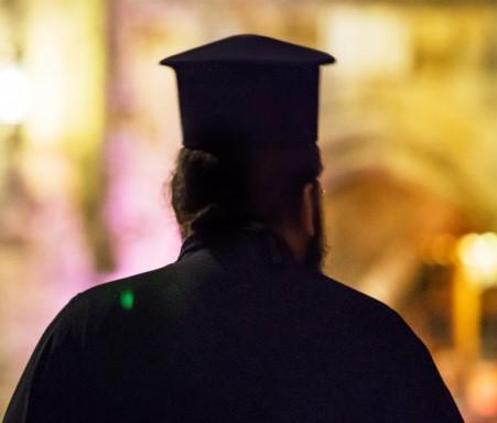 Συνελήφθη παπάς που καλούσε μέσω facebook τους πιστούς να μην φοράνε μάσκες