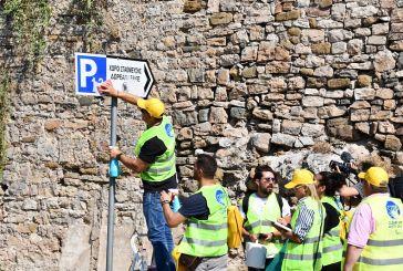 Βανδαλισμένες πινακίδες στη Ναύπακτο «έλαμψαν» ξανά