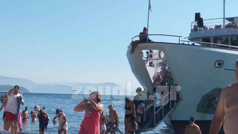 """""""Ποια μέτρα; Σαν να είμαστε στο καλοκαίρι του 2019"""", λένε τουρίστες στο Μεγανήσι"""
