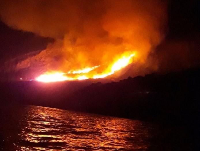 Πυρκαγιά στο Γαλαξίδι: Καίγεται δάσος στην περιοχή Άγιοι Πάντες