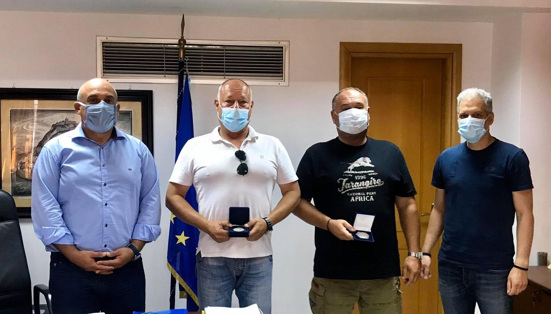 Διάσωση στο Αντίρριο: Τον Καπετάνιο και τον Μηχανικό του ferry boat τίμησε ο Δήμαρχος Ναυπακτίας