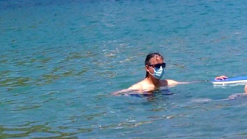 Κεφαλλονιά: Τύπος έκανε μπάνιο στη θάλασσα με χειρουργική μάσκα
