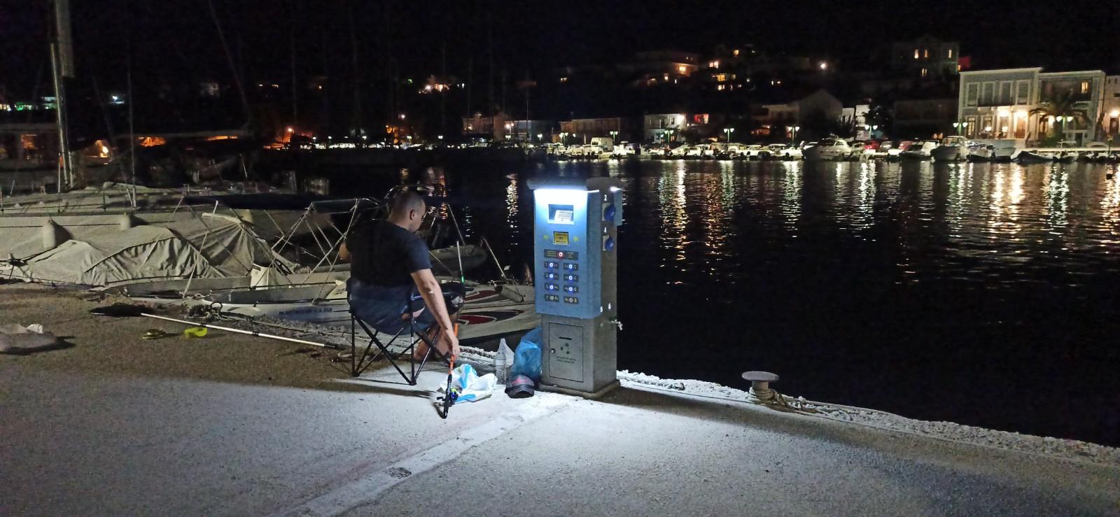 Πάλαιρος: Εγκαταστάθηκαν πίλαρ στο λιμάνι (φωτο)