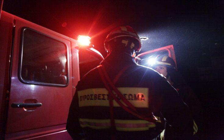 Νυχτερινή κινητοποίηση της Πυροσβεστικής στη Μακρυνεία για φωτιά σε όχημα